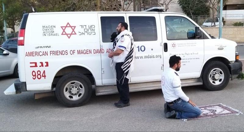 Un judío y un musulmán rezan juntos en medio de su trabajo en el servicio de emergencias de Israel