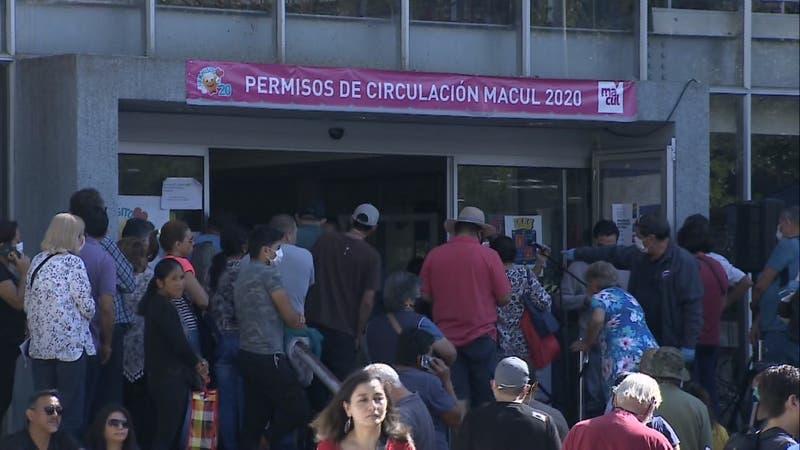 Indignación por largas filas para pagar permiso de circulación en diferentes comunas