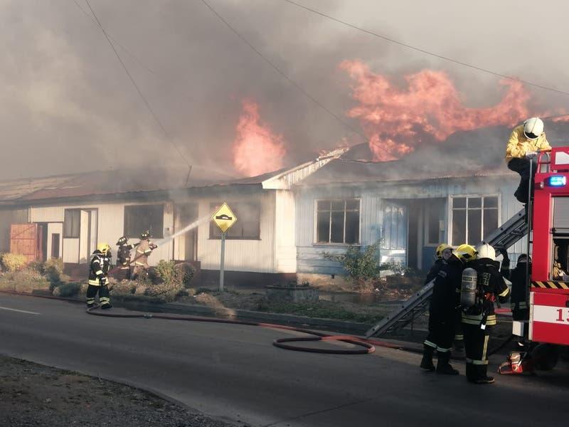 Incendio en faldas de cerro en Arauco afecta a al menos cuatro viviendas