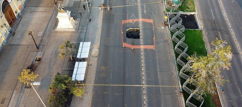 Socavón en la Alameda: Tránsito seguirá cortado a la espera de nuevos estudios