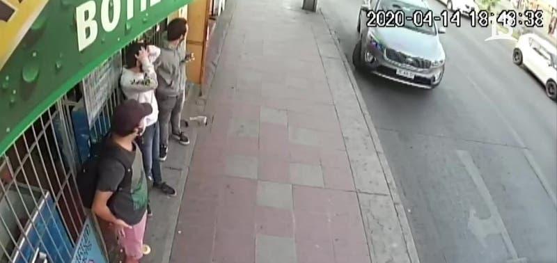 El impactante registro de un auto robado atropellando a dos peatones en San Miguel: no hay heridos