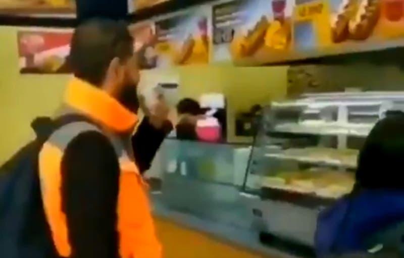 Trabajadores que tosieron a mujer que los increpó por no llevar mascarilla, fueron despedidos