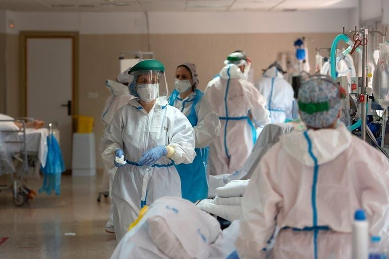 España supera 22.000 fallecidos por coronavirus con nueva alza en cifra diaria de decesos