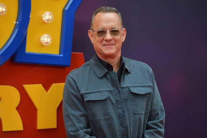 Tom Hanks regala una máquina de escribir a un niño acosado por llamarse Corona
