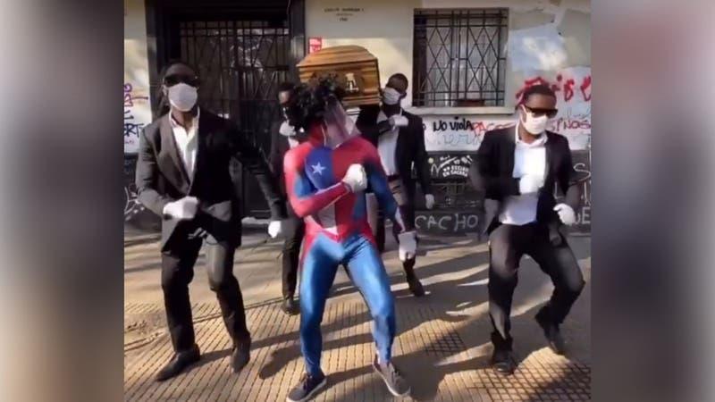 """[VIDEO] Sensual Spiderman y protagonistas del """"meme del ataúd"""" llaman a que la gente use mascarillas"""