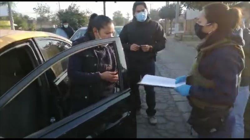 Taxista de día, asaltante de noche: Mujer era parte de banda que robaba en bencineras