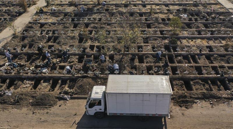 Cementerio General cava miles de tumbas ante avance del coronavirus