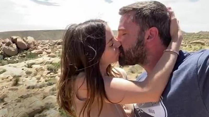 Desde Ricky Martin a Ben Affleck: los famosos que besan a sus parejas en el nuevo video de Residente