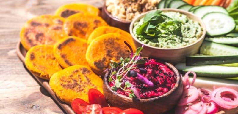 Recetas para convertir tus legumbres en deliciosos hummus de colores
