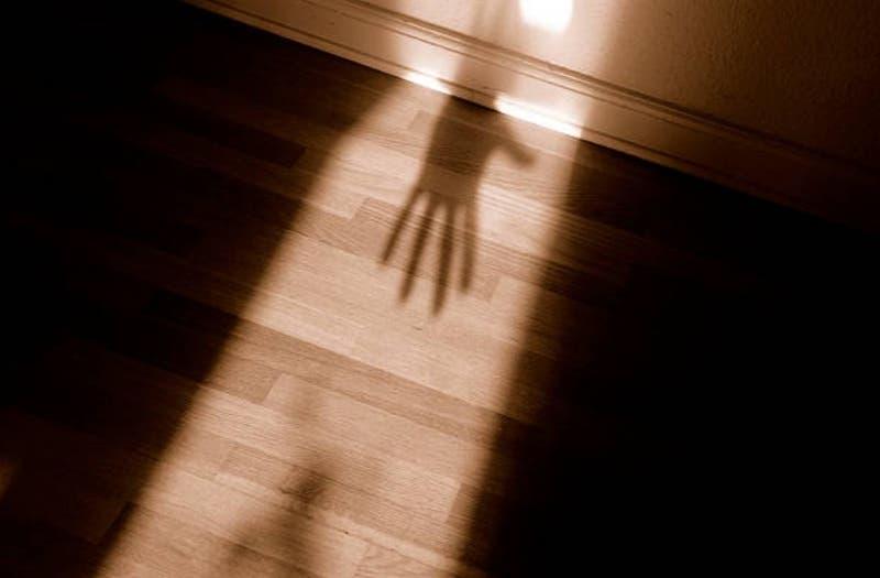 Mujer fue secuestrada por su padrastro cuando niña y fue abusada sexualmente durante 20 años