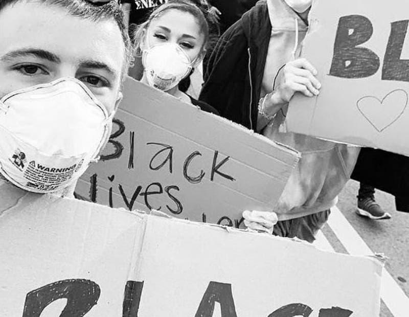 Ariana Grande protesta con su novio tras muerte de George Floyd
