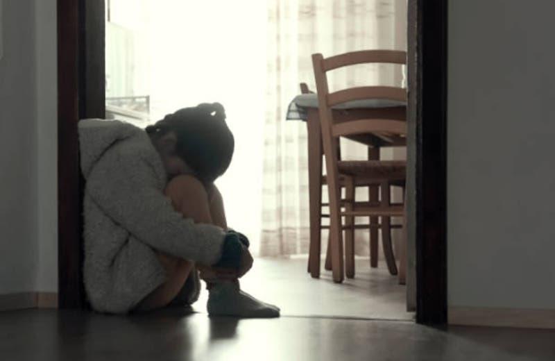 Detienen a abuela que obligaba a su nieta a hacer videollamadas sexuales con presos en Argentina