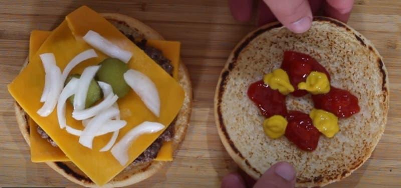 Chef enseña cómo preparar una hamburguesa estilo McDonald's en casa