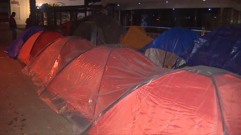 [VIDEO] Bebé de un mes pasó la noche acampando fuera de embajada de Colombia
