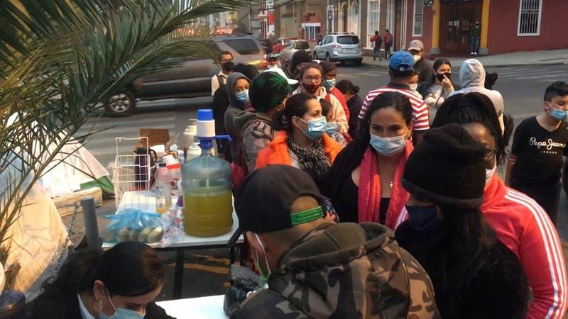 Cancelan vuelo humanitario y colombianos siguen esperando frente al consulado