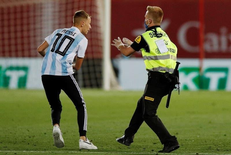 Repudiable: Hincha burla seguridad y entra al partido del Barcelona para sacarse fotos con jugadores
