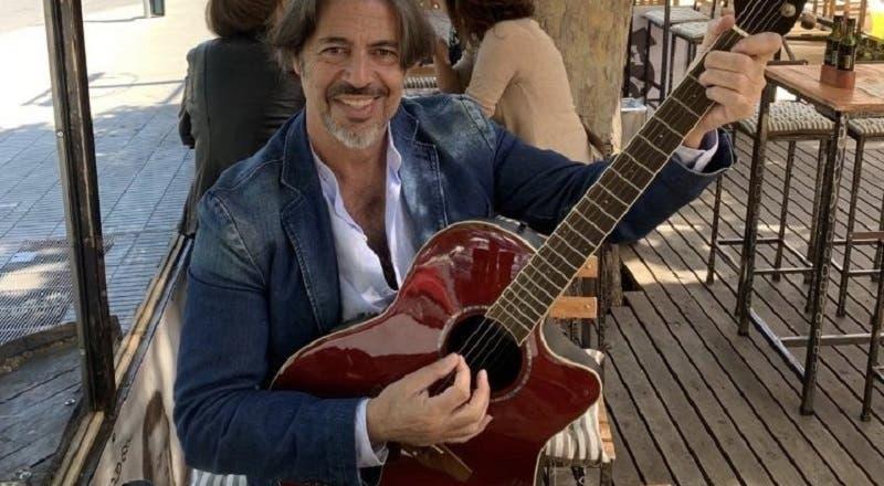 La crisis económica golpeó a Miguelo en plena pandemia: ahora vende tortas con guitarra en mano