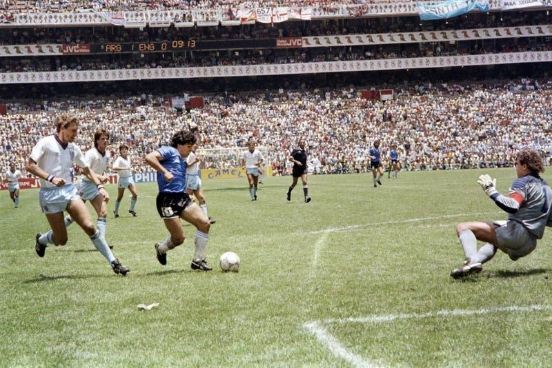 """Inédito: Revelan video desde otro ángulo del """"gol del siglo"""" de Maradona a Inglaterra"""