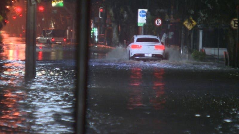 Lluvia provocó daños en calles y viviendas aunque ayudaría a reducir el déficit hídrico