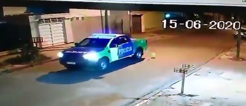 Policías argentinos fueron suspendidos por tratar de reventar un globo con la patrulla