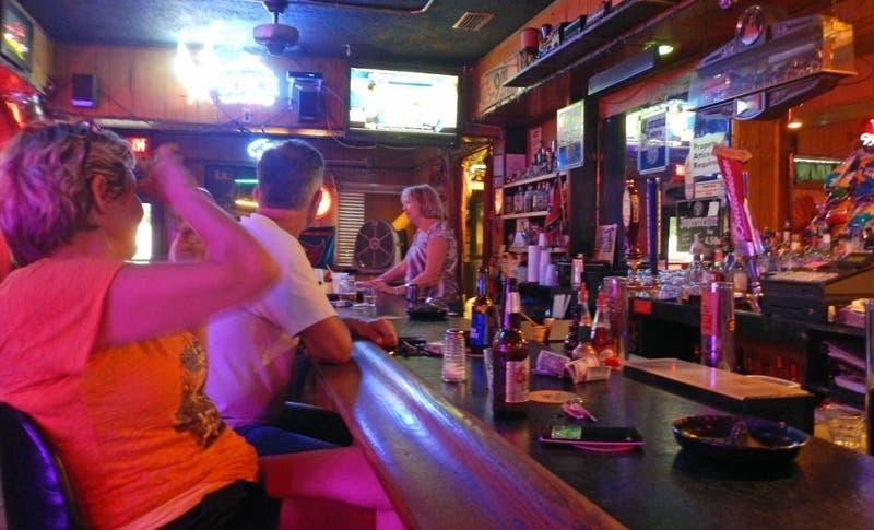 EEUU: Florida prohíbe consumo de alcohol en bares