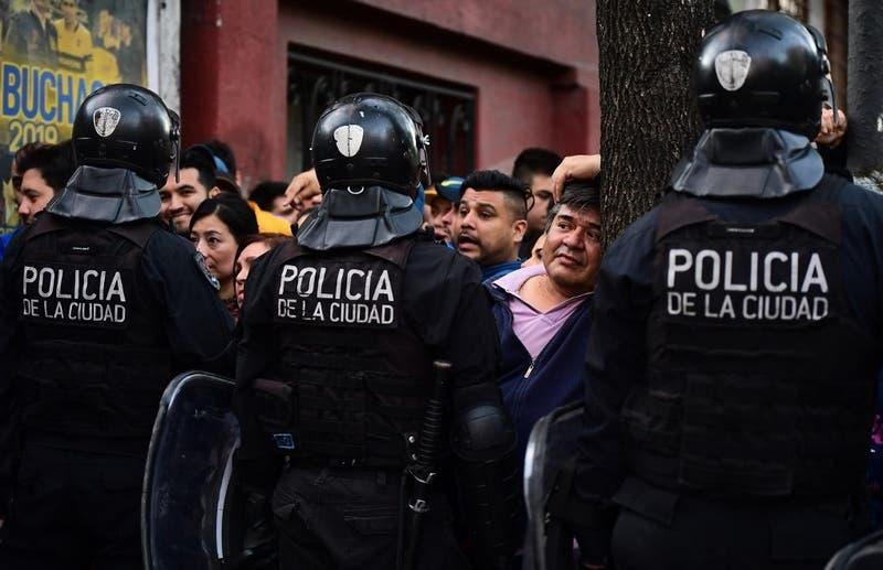 Hombre muere asfixiado durante detención policial en Argentina