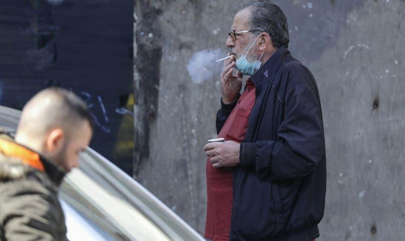 Autoridades españolas advierten: Fumadores pueden propagar más el COVID-19