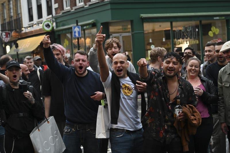 """Borrachos iracundos y desnudos: Noche de fiesta """"sin control"""" en Inglaterra tras reapertura de pubs"""