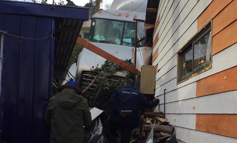 Camión que cayó sobre dos casas deja un lesionado en Penco