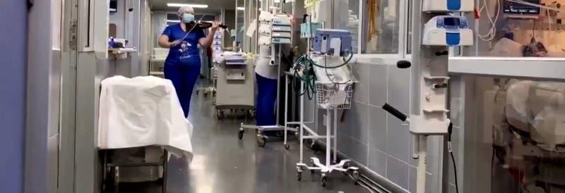 La tens que toca violín a pacientes COVID en San Bernardo cuya historia llegó a la revista TIME