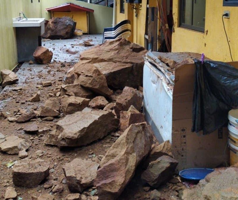 Enormes rocas caen sobre complejo turístico en Dichato