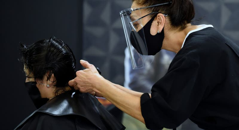 La importancia de la mascarilla: dos peluqueras con coronavirus no infectaron a 139 clientes