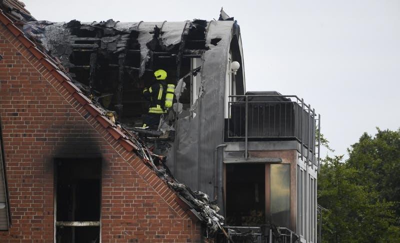 Al menos 3 muertos tras choque de avioneta con edificio residencial en Alemania