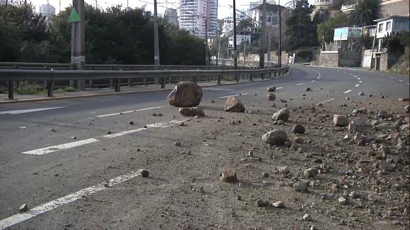 [VIDEO] Derrumbe de piedras provoca corte de tránsito en ruta que une Viña del Mar y Valparaíso