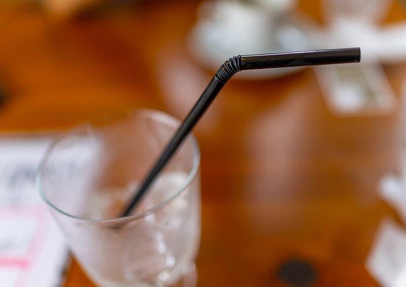 Por qué beber con bombilla puede ser clave para frenar los contagios