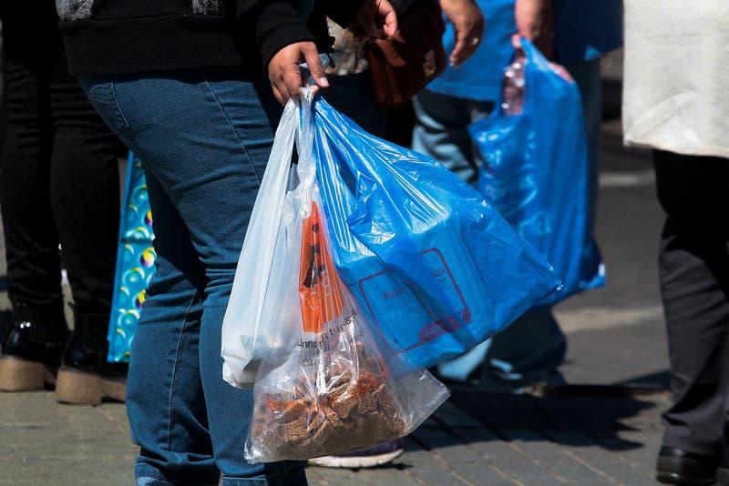 Bolsas de plástico: Comienza a regir normativa que prohíbe su entrega en almacenes y ferias