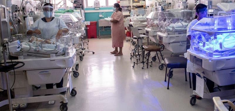 Desgarrador relato del padre: mujer tuvo a sus gemelos en el baño del hospital y ambos murieron