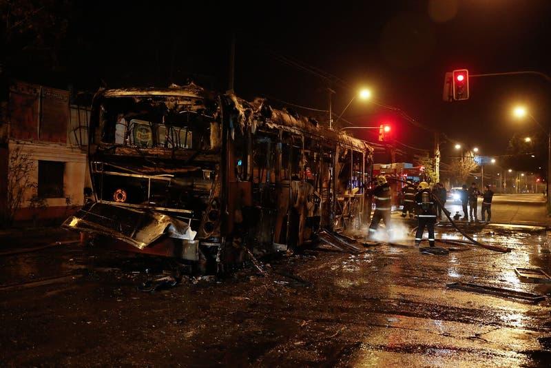 Incendian bus y enfrentan con escopetas hechizas a Carabineros en la comuna de Recoleta