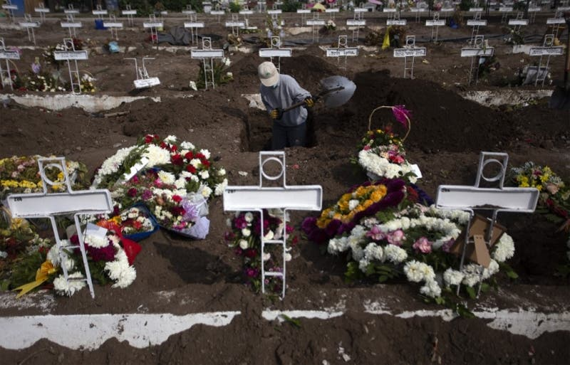 """Sepultureros, """"última línea"""" ante la pandemia, abrumados por tanta muerte en Chile"""