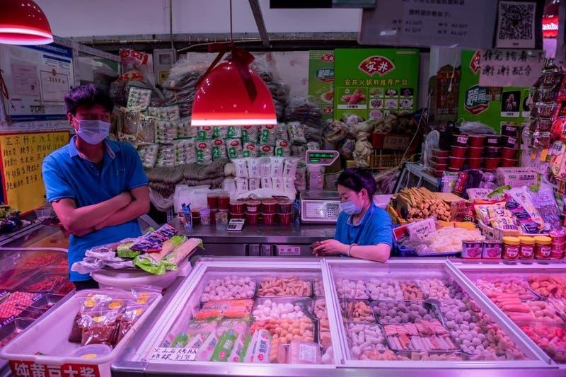 """Autoridades chinas alertan sobre """"objetos contaminados de coronavirus"""" y productos congelados"""