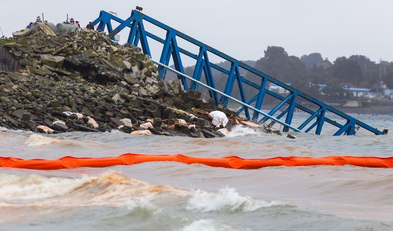 Muelle flotante con comida para salmones termina hundido en puerto de Calbuco