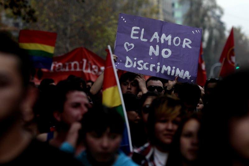 Rompió un vaso en su cabeza: Denuncian violento ataque homofóbico contra joven en Valparaíso