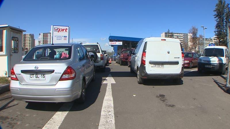 Largas filas para revisión técnica de vehículos: Buscan que PRT abran en cuarentena