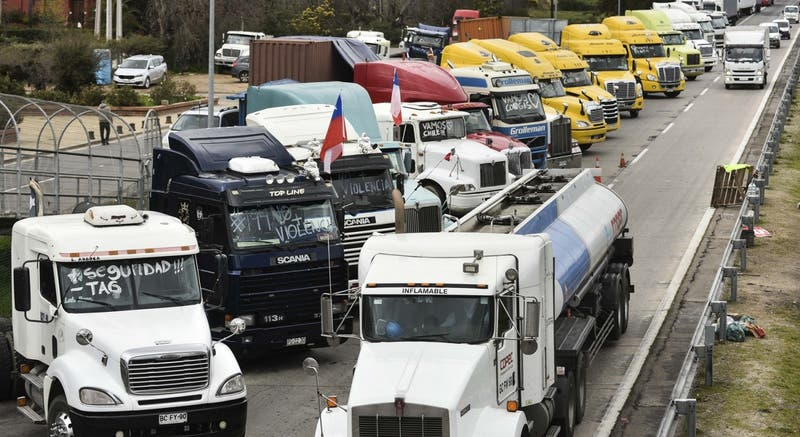 """Camioneros mantienen paro en medio de negociaciones con el gobierno: """"Creo que hoy día se arregla"""""""