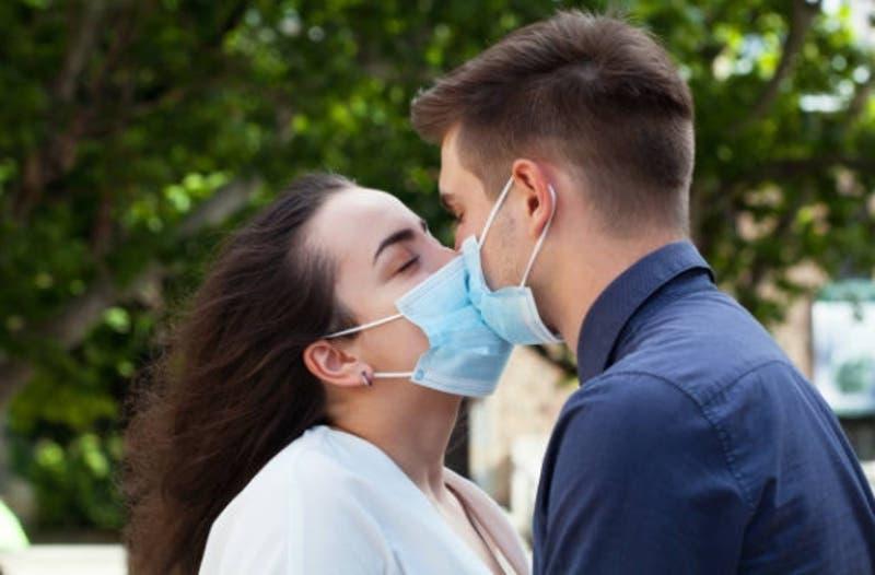 Oficial de Salud de Canadá insta a usar mascarilla durante el sexo para evitar contagios de COVID-19