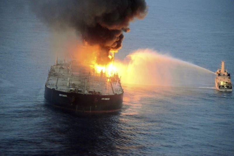 [FOTOS] Petrolero lleno de crudo arde frente a las costas de Sri Lanka