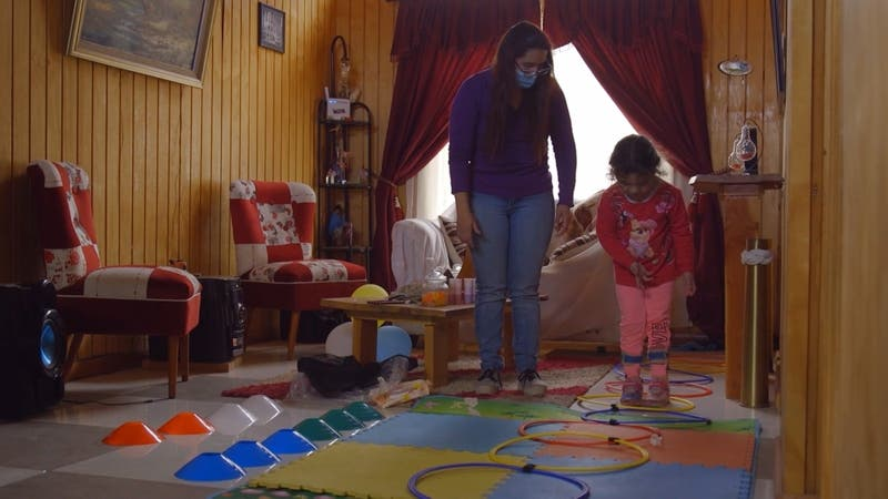 Niños se rehabilitan en el living de la casa: Teletón entregó más de 5 mil kits