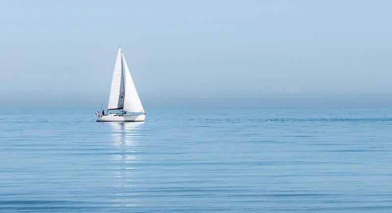 """Pareja terraplanista navega para encontrar el """"fin del mundo""""... y se pierde en el mar"""