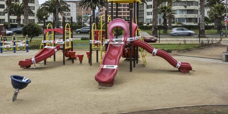 """""""Cuidémonos antes que sea tarde"""": El llamado de Ñuñoa por niños jugando en plazas"""