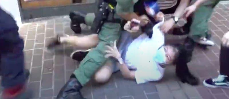 VIDEO: Violenta detención a niña de 12 años genera indignación en Hong Kong